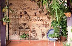 Os garimpos de ferros-velhos e caçambas marcam a parede da casa dos anos 1940. A decoradora, paisagista e artista plástica Claudia Regina, da La Calle Florida, retirou o reboco até chegar aos tijolos e finalizou tudo com uma camada de resina