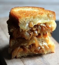 I love toasted cheese sandwiches. I adore french onion soup. So why not combine both with a french onion soup grilled cheese sandwich. Think Food, I Love Food, Good Food, Yummy Food, Tasty, Delicious Recipes, Easy Recipes, Healthy Food, French Onion Soup Grilled Cheese
