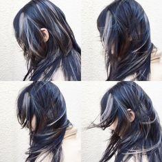 黒髪のハイレイヤースタイルにアッシュグレーハイライトを。毛が動くたびに色々な表情を楽しめます。