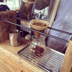 I like the idea of a tray you can move around here. Would fit polyvalent design. Coffee Wine, Coffee Set, Coffee Corner, Coffee Dripper, V60 Coffee, Barista, Coffee Display, Coffee Trailer, Tea Holder