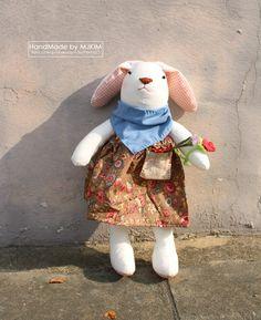 워싱광목 원단을 이용해서 예쁜 토끼인형 앨리인형을 만들어 보았습니다. 치마를 제외하고 모두 100% 손바...