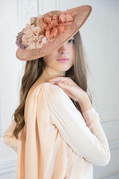 18 Sample Fedora Hat for Women Make You More Elegant And Stylish Flapper Headpiece, Fascinator Hats, Fascinators, Accesorios Casual, Fedora Hat Women, Bridal Hat, Fancy Hats, Dress Hats, Summer Hats