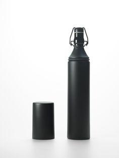 N_bottle / 指のための凹みがついた墨の棒のような日本酒ボトル for Hidetoshi Nakata