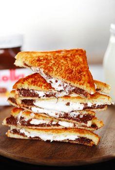 Dieses leckere Nutella-Marshmallow-Sandwich ist der perfekte süße Snack für zwischendurch! Und das Beste daran: Die Zubereitung dauert nur fünf Minuten.