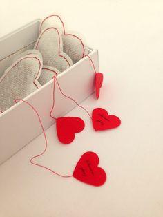 kleine, selbst genähte Herzteebeutel gefüllt mit einer Teesorte eure Wahl und Bio-Nähgarn in verschiedenen Farben :) heart teafilter Teesorten: - Erdbeer-Sahne - Strawberry-Cupcake - Blueberry-Muffin -...