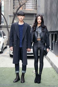 Neutral black look - oversize coat, black skinny jeans, leather jacket and blue jumper... like the rock'n'classy effect (seoul street style)