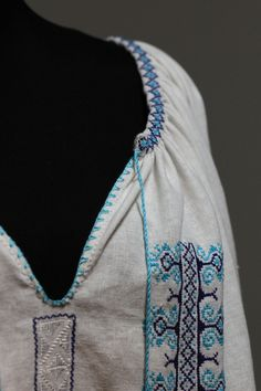 Ia romaneasca Ileana pe panza de in - Chic Roumaine Cool Items, Romania, Ea, Drawstring Backpack, Handmade Items, Costumes, Embroidery, Traditional, Chic