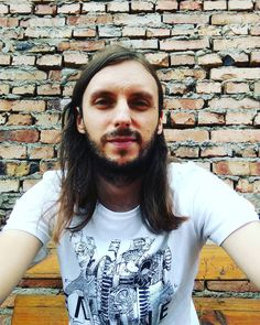 Siedzimy :) #polishboy #polskichlopak #polishboy #chlopak #facet #polskifacet #mur #sciana #boy #instaboy #instachlopak #instafacet #dlugiewlosy #broda #zarost #longhair #longhairs #beard