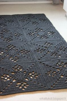 List of attractive matto virkattu ohje ideas and photos Crochet Doily Rug, Crochet Carpet, Crochet Afgans, Crochet Squares, Crochet Home, Diy Crochet, Crochet Patterns, Square Rugs, Baby Knitting