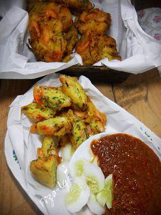 Cucur Udang Utara & Kuah Kacang   Prawn fritters with peanut gravy Korean Fried Chicken, Tandoori Chicken, Wine Recipes, Asian Recipes, Ethnic Recipes, Easy Recipes, Peranakan Food, Prawn Fritters, Savory Snacks