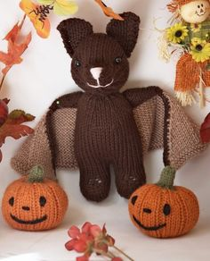Ravelry: Bat and Jack O' Lantern pattern by Barbara Prime. A cute little bat, a fun and easy knit! Comes with instructions for a little pumpkin. Halloween Knitting Patterns, Knit Patterns, Knitting Projects, Amigurumi Patterns, Joining Yarn, Jack O'lantern, Ravelry, Knitted Animals, Sock Animals