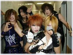 The GazettE. that sexy foot Kai XD and Uruha face >.< XDD so funny