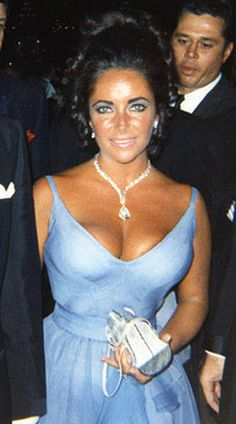 Elizabeth Taylor attends 1970 Oscars wearing a periwinkle and violet chiffon number was an Edith Head creation, and its plunging neckline perfectly accentuated her frame. Her iconic look was completed with violet eye-shadow and a 69-carat diamond necklace, a gift from her husband Richard Burton.