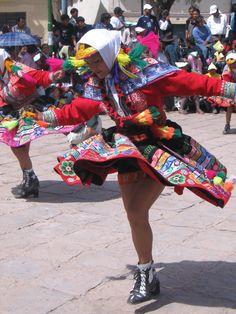 Hermosa imagen de una bailarina de Canas en las fiestas de San Sebastián, Cusco