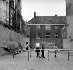"""Aldo van Eyck, parque en Amsterdam 1956 """"ARQUITECTURA Y UN POCO MÁS"""" http://www.santiagodemolina.com/2015/04/arquitectura-y-un-poco-mas.html"""