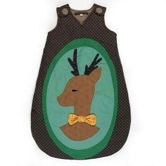 Caldo sacco nanna per i mesi invernali con una stupenda applicazione di un cervo. Il design e i colori dei sacchi nanna della marca Francese Georges sono davvero originali. Disponibile in 3 misure.