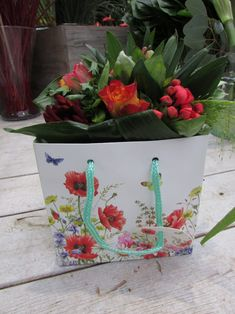 A bouquet will be extra nice to give in this beautiful gift bag with flowers of Janneke Brinkman, licensed by Orange Licensing.