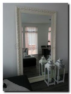 Grote zwarte spiegel in hal hang een grote passpiegel in de hal voor meer licht en ruimte - Spiegel in de woonkamer ...