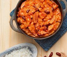 En klassisk korvstroganoff kan varieras en smula om du tillsätter kidneybönor och sambal oelek då de båda ingredienserna passar utmärkt till den frästa löken och falukorven. Servera med ris och en sallad.