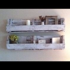 MUEBLES GRATIS CON PALETS (I dont know what this means but I love these shelves!)