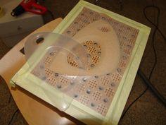Prueba con termoformadora autoconstruida. Panel dm, láser, y aspiradora para succión. Escuela Técnica Superior de Aquitectura de Sevilla.