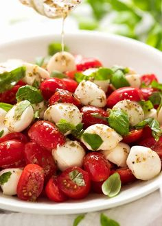 Caprese Salad - Yummy The first dressing for a Caprese Salads isa a garlic herb vinaigrette, It's finished with balsamic glaze just before serving. Caprese Salad Recipe, Salad Recipes, Snack Recipes, Caprese Salad Dressing, Dinner Recipes, Tomate Mozzarella Dressing, Healthy Snacks, Healthy Eating, Healthy Recipes