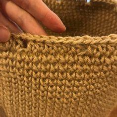 大変お待たせしました。今回は夏らしく巾着バッグを作りました。本体部分は麻ひもで編んでいます。それでは作り方をどうぞ。まずはわで始まる作り目、6目スタートです。毎段6目ずつ増やして14段まで編みます。そこから増し目無しで25段編みます。立ち上がり2目鎖編みをします。同じ所に中長編みを編みます。立ち上がり2目の鎖編みは目数に含まないでください。3目中長編みを編んで、鎖編み1目します。1目飛ばして中長編みを6目編みます。これを繰り返します。すると穴が12個空きます。その後4段細編みして、引き抜き編みします。これで本体部分は完成です。次に紐とbigフリンジを作っていきます。最初に手拭いの周りの縫い目を解きます。ちょっと面倒ですが、この作業をする事で布地の歪みが少なくなります。アイロンをかけて、横半分に折ってカットします...巾着バッグ。
