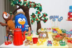 Na festa com tema Galinha Pintadinha, criada pela empresa A Fê Faz (www.afefazfestas.blogspot.com.br), a árvore e os personagens foram feitos de feltro