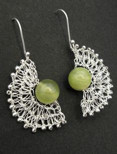 Aro de alambre tejido de plata y piedras Jade Verde -  Joyas CM Wire Jewelry Earrings, Lace Jewelry, Wire Wrapped Earrings, Fabric Jewelry, Jewellery, Wire Crafts, Jewelry Crafts, Handmade Jewelry, Crochet Designs
