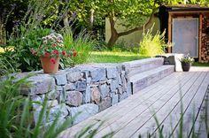 V záhrade použili prírodné a domáce stavebné materiály.  Na schodiskových stupňoch z dubového masívu sa dá  i posedieť. Suchý múrik je poskladaný z vápenca.