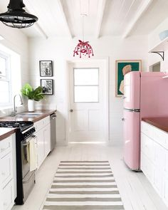 Tiny kitchen with pink fridge Home Design, Kitchen Dining, Kitchen Cabinets, Dining Room, Kitchen Small, Kitchen Decor, Fridge Decor, Retro Fridge, Kitchen Gifts