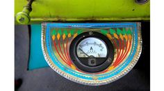 Un indicador eléctrico en la cabina de un camión decorado en Faisalabad
