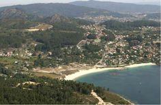 Playa de Limens (10) Playa principal de la ensenada de Liméns, con muchos servicios y buen acceso . (Acceso discapacitados y vehículos rodados, aparcamiento, socorristas, agua potable, biblioplaya, teléfonos, duchas, deportes náuticos, campings, restaurantes y balizado).  Longitud:310 m Anchura media: 25  Posición GPS: 42º 15´ 35,89´´ N // 8º 48´ 49,96´´ O