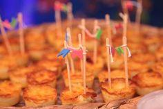 Para fechar o dia de São João, uma festinha infantil para comemorar o aniversário de 1 ano do Guilherme com tema junino! Ficha Técnica: Festa Junina do Guilherme – 1 ano foi realizado na cidade de Cuiabá/MT. Buffet: Mercearia Kids (Leila Malouf) Decoração: Balloon Decorações Iluminação: FC Iluminação Bolo, Artes Gráficas e Personalizados: Idealizar Festa …