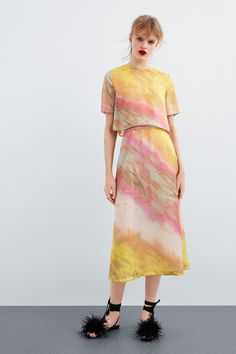 Hottest No Cost TIE DYE SKIRT Style With this easy container top dress, I chose to employ a dark color, a dime shade, and a bordeaux. Tie Dye Skirt, Dress Skirt, Tie Dye Fashion, Skirt Fashion, Zara, Batik Mode, Tie Dye Rock, Spring Skirts, Tye Dye