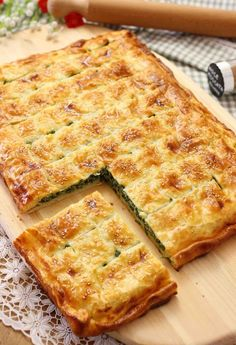 Parisian pizza with ricotta and spinach – Pizza recipes Quiche Recipes, Pizza Recipes, Cooking Recipes, Italian Main Dishes, Rustic Pizza, Focaccia Pizza, Salad Cake, Spinach Pizza, Crostini