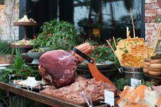 Ilha Toscana com pães variados, Parma, compotas, queijos e frios por Buffet Zest