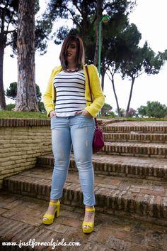 #Buenasnoches amigos! Os traigo un nuevo look en el que combino este color en un look básico, jeans y camiseta navy, aportando el toque de color con sandalias y chaquetas buttercup en http://www.justforrealgirls.com/2016/04/pantone-12-0752-amarillo-buttercup-combinarlo.html #amarilobuttercup #buttercup #pantone #tdsmoda #justforrealgirls #fashionblogger #bloggerlife #bloggerssevilla #ootd #outfitoftoday