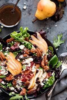 This Bacon Pear Gorgonzola Salad from is making my mouth water! A sweet and savory salad loaded with all of the best… Pear Gorgonzola Salad, Pear Salad, Savory Salads, Healthy Salad Recipes, Healthy Meals, Smoothie Vert, Cocina Natural, Bacon Salad, Potato Salad