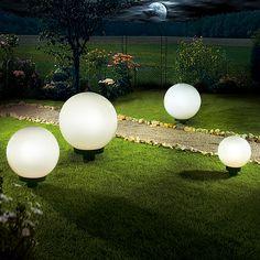 Die Starlux Kugel-Außenleuchte Kira überzeugt durch die Kombination von Design und einer Auswahl an qualitativ hochwertigen Materialien. Die Leuchtkugel setzt optische Lichtakzente in Ihrem Garten und sorgt mit blendfreiem Licht für eine schöne Optik. Im Lieferumfang der Leuchte befinden sich ein Erdspiess sowie 5 m Kabel. Sie können die Kugelleuchte mit Leuchtmitteln bis max. 60 Watt/E27 bestücken oder als sparsame Alternative mit Energiespar- oder LED Leuchtmitteln.