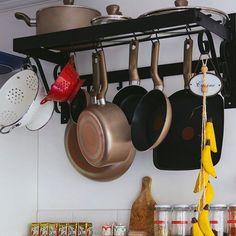 Poucas coisas tornam a vida de quem cuida da casa mais fácil do que dicas e formas de organizar melhor a cozinha! E por isso vou compartilhar com vocês uma forma de organizar suas panelas!  Pendure-as... Assim fica mais fácil de achá-las ter um bom acesso e de quebra uma super decoração. O que acharam? Marque alguém que iria adorar essa super dica!!! #santaajuda #organização #micaelagoes #GNT #dicas #cozinhaorganizada #panelas