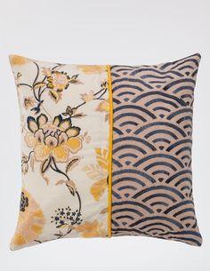 Double jeu d'imprimé et broderie pour cette housse de coussin ! Le motif floral Byzance Grès, apporte un esprit artistique délicat et permet une décoration raffinée et lumineuse. Dimensions : 40 x 40 cm.