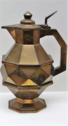 Kubistický džbán džbán s víkem zřídkavého kubistického tvaru, silný mosazný plech uvnitř zinkovaný; Čechy nebo Německo, výška 33 cm, kolem roku 1920; neznačeno World War One, Cubism, Glass, World War I, Drinkware, Glas, Mirrors