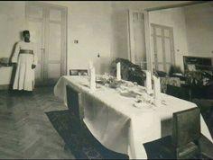 الزمان : 1940 المكان : مستشفي شبرا العام الوصف : غرفة طعام بالسكن الخاص بأطباء المستشفي ( يومها كان الطبيب اسمه حكيم )