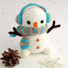 Crochet Dolls Patterns Amigurumi - free crochet snowman pattern - Christmas crochet is an exciting activity, it's a time to create holiday home decor and unique gifts. Bag Crochet, Crochet Teddy, Crochet Patterns Amigurumi, Crochet Gifts, Cute Crochet, Amigurumi Doll, Crochet Dolls, Crochet Art, Crochet Snowman