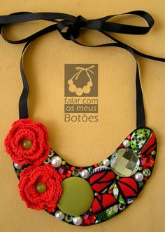 "statement necklace with african fabric covered buttons! Visit on facebook "" Falar com os meus botões!"