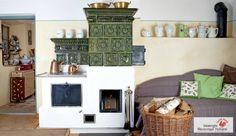 Traditioneller Kachelofen mit gebrannten Kacheln. #Kachelofen #Speicherofen #Fireplace www.ofenkunst.de