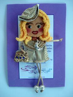 Georgina De Luxe para invitada a boda. Broche de muñeca Georgina personalizado. Estas muñecas están hechas con cápsulas de nespresso y fieltro. Se hacen por encargo. Ideales como detalles de invitadas en cualguier tipo de evento. Aviso estas muñecas no se pueden copiar, están registradas.