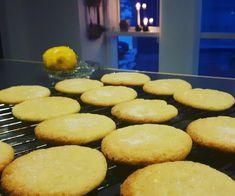Citron cookies med hvid chokolade   Urban Mad Sweets Cake, Cookie Desserts, Cookie Recipes, Dessert Recipes, Yummy Cookies, Cake Cookies, Healthy Treats, Yummy Treats, Christmas Snacks