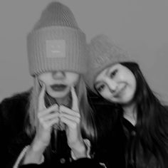 nice edit😍🖤💜 i miss these two so much😐 cr Blackpink Jisoo, Black Pink Kpop, Black And White, Lisa Blackpink Wallpaper, Blackpink And Bts, Blackpink Photos, Blackpink Fashion, Best Friend Pictures, Jennie Blackpink